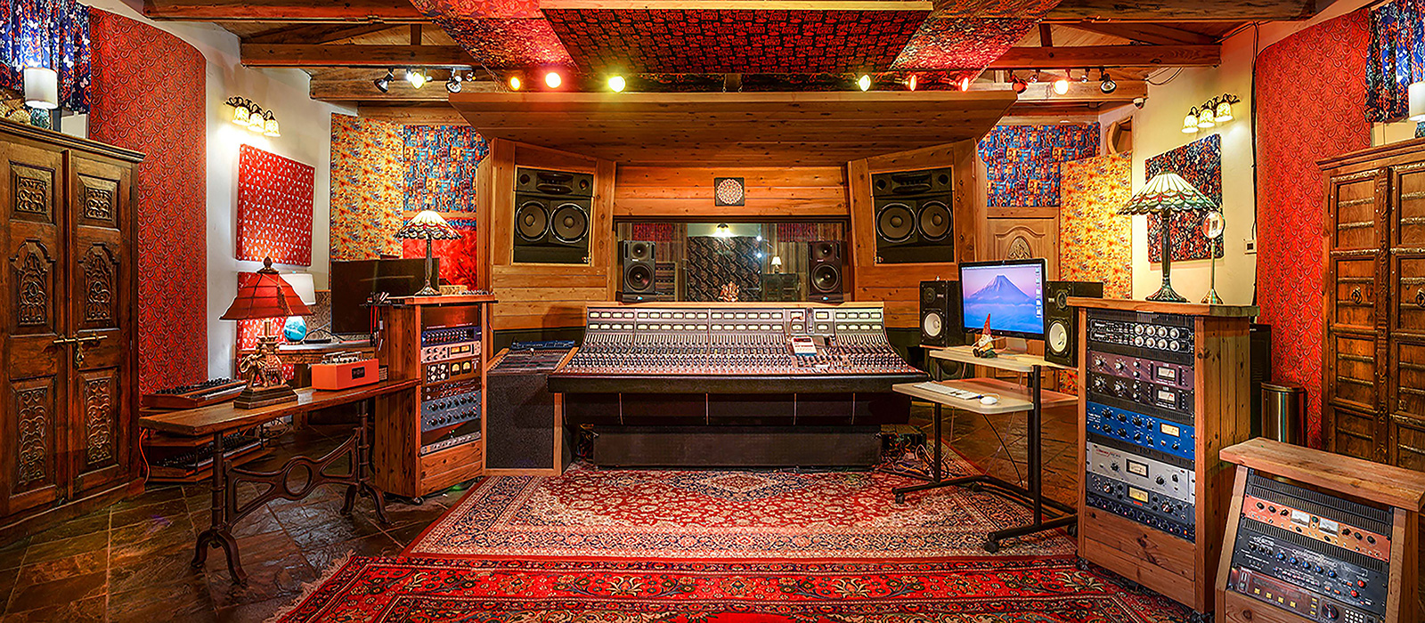 1600x700-studio-adobe-contolroom-centerfar