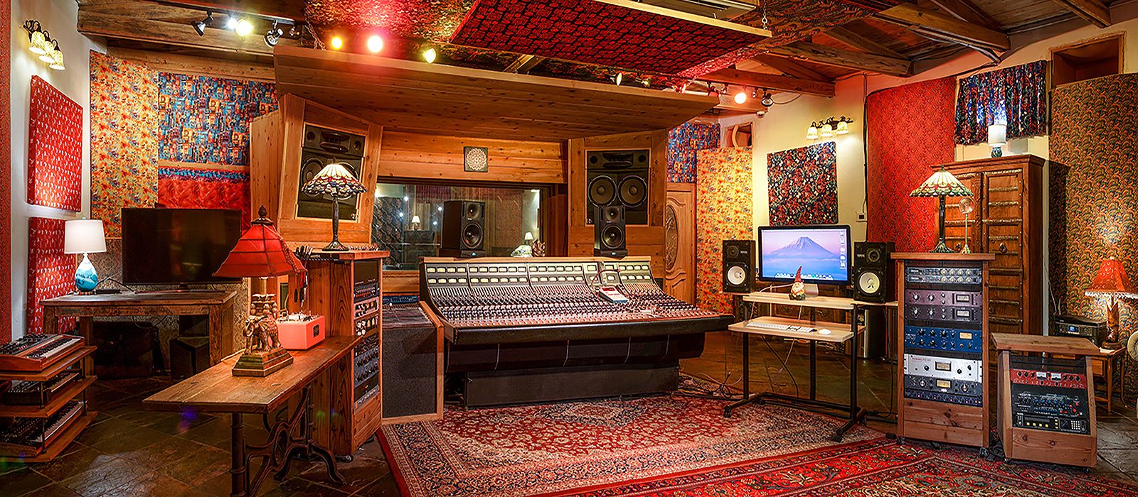 1600x700-studio-adobe-contolroom-left